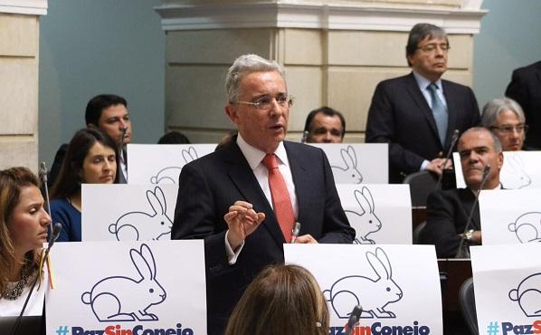 """Uribe se defiende de la """"Pacifista"""" Yolanda Pinto, llena de odio lo culpa a él y no a las Farc"""