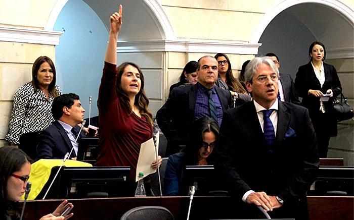 La retirada del CD de la plenaria, fue en oposición a presiones de pupitrazo al proyecto de regalías: senador Mejía