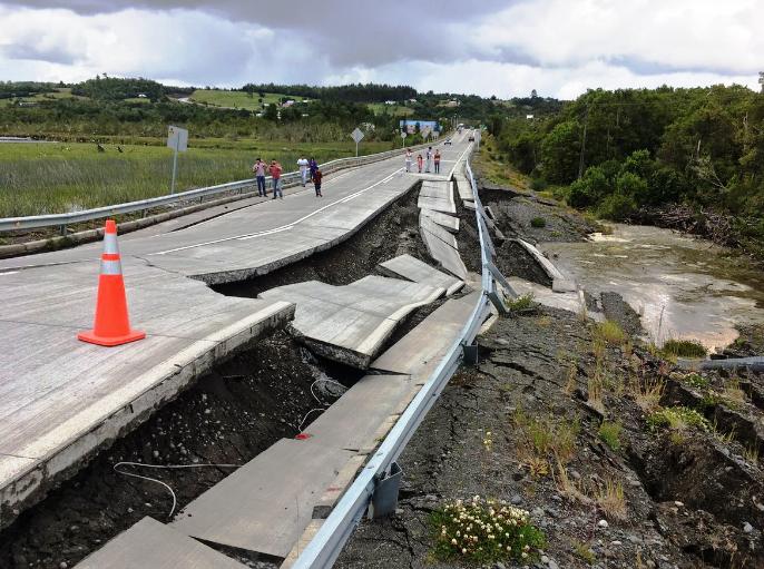 Alerta de tsunami, disminuye a estado de precaución tras sismo de 7.6 en Chile. Poblaciones evacúan