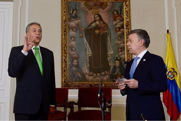 Santos posesionó al general en retiro Óscar Naranjo, como Vicepresidente