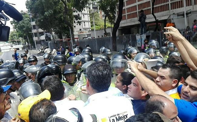 Régimen Maduro arremete contra los diputados. Obstaculiza con gas pimienta y a tiros la marcha, impide llegar a Caracas