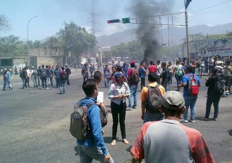 El régimen arremete en la Universidad de Carabobo, ingresa de manera violenta y deja 15 estudiantes heridos