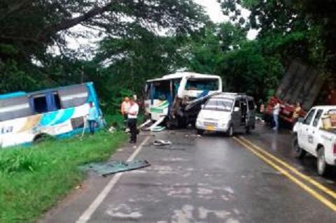 Grave accidente en la vía Aracataca: chocan cuatro vehículos, un tracto camión, un automóvil y dos busetas.
