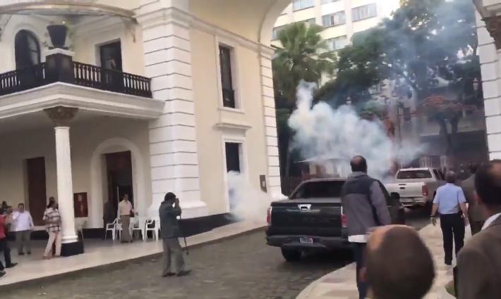 Colectivos lanzan explosivos contra Asamblea, ultrajan y secuestran a Diputados, apoyados en comandante Lugo de GNB de Venezuela