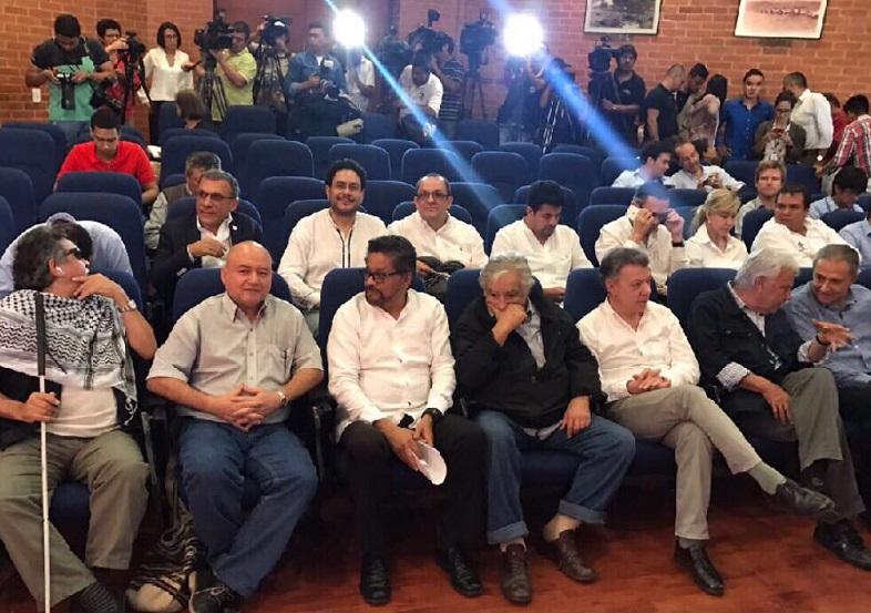 Santos acompañado de los jefes guerrilleros de las Farc se refirió a la dejación de armas, desde la Base Aérea Marco Fidel Suárez