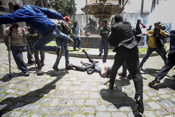 Mientras el mundo condena rotunda, pide democracia y elecciones libres, Santos pide diálogo con el régimen del dictador