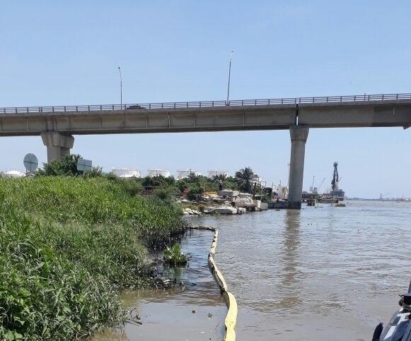 C.R.A atiende derrame de aceite en río Magdalena e inició recolección de los contaminantes