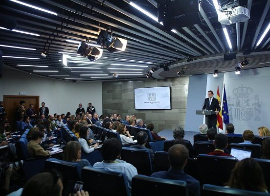 Rajoy interviene Cataluña, deja a Puigdemont y su gabinete sin legalidad. Asume la Presidencia, y los Ministros las Consejerías