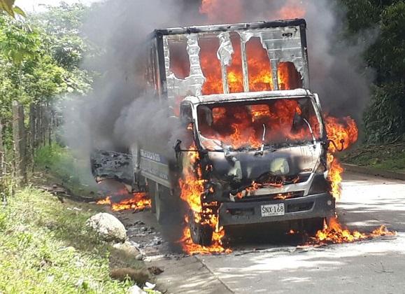 Vía Tutunendo en Antioquia terrorismo incendió dos vehículos