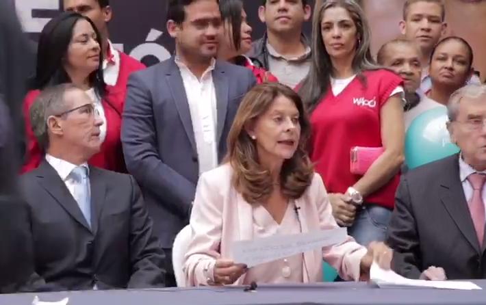 Candidata Martha Lucía Ramírez entrega sus firmas de respaldo la tarde de este lunes en la Registraduría
