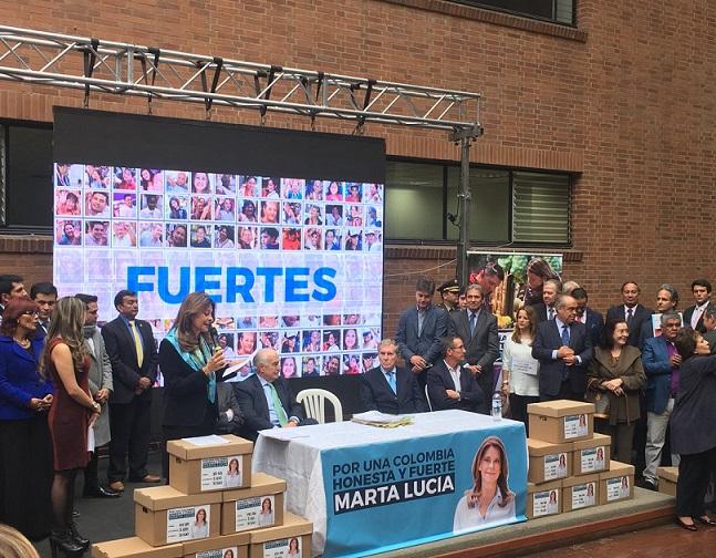 Martha Lucía Ramírez, acompañada del Ex presidente Pastrana presentó cerca de 900 mil firmas ante la Registraduría