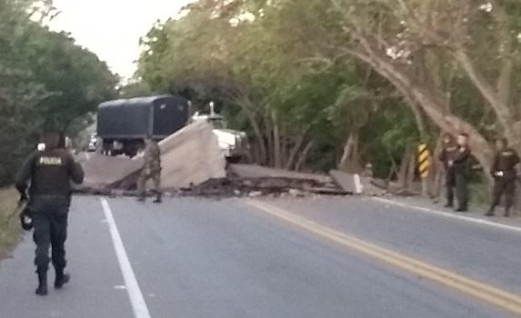 Dos atentados en el sur del Cesar, represamiento en la Rutal del Sol. Puente Amarillo que une a La Mata con San Roque, y en sector del Boquerón, Curumaní