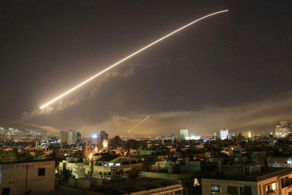 Trump cumple su palabra y bombardea en conjunto con Francia y el Reino Unido tres productoras de armas químicas en Siria