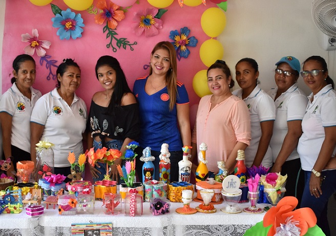 25 mujeres exhiben productos de reciclaje y bisutería, en Malambo.
