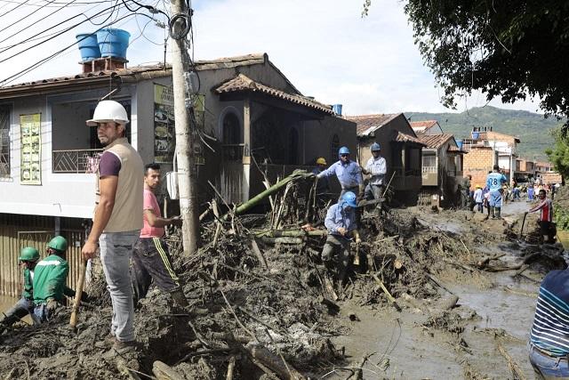 Onda tropical produce tragedia en San Gil, Santander dejando 1 menor fallecido, 20 heridos y cientos de damnificados