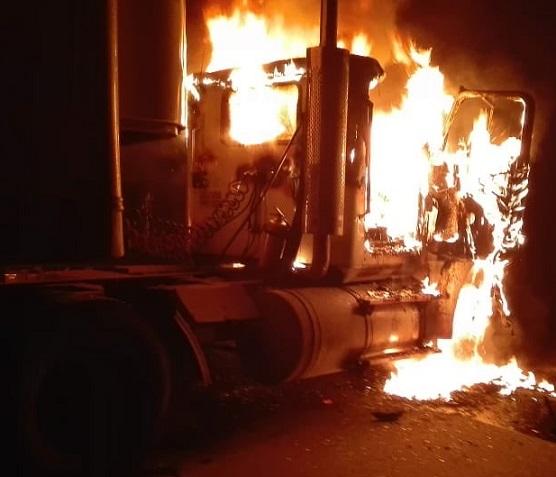 En dos ataques terrorista simultáneos en el Sur del Cesar incineran vehículos hieren pasajeros de un bus, y obstruyen un puente en Curumaní, vía La Mata Aguachica