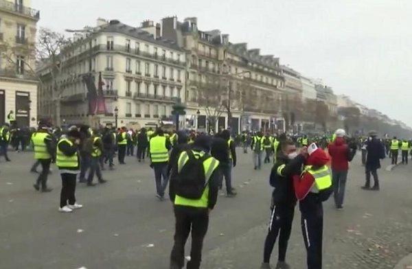 En 4 sábados de protestas en Francia contra el gobierno, los Chalecos Amarillos o Gilets Jaunes con más de 700 detenidos doblegan a Enmanuel Macron
