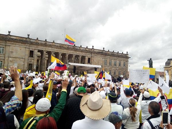 Colombianos dijeron No al terrorismo y manifestaron su apoyo a las FFAA. Marcha dejó cero vandalismo, graffitis, marihuaneros, detenidos, daños ni locales destruidos