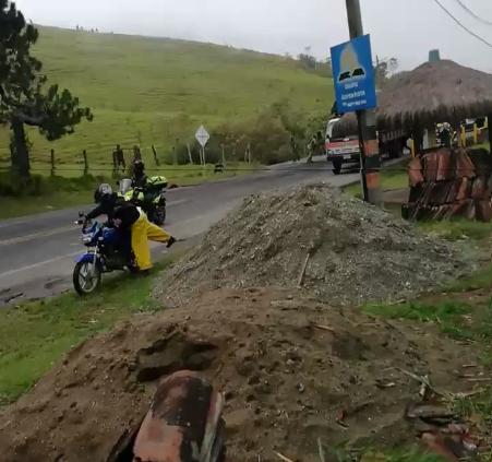Atentan contra la Fuerza Pública desde una montaña en La Agustina, en las protestas de presuntos Indígenas. Un policía muerto y 8 heridos