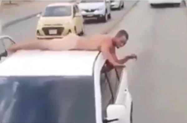 Policía impone comparendo a un hombre que se desplazó desnudo sobre una camioneta por el carril de solo bus del Transmetro