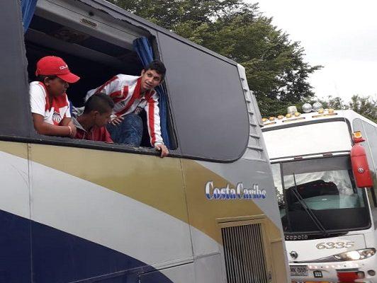 Desadaptados apedrean a la salida de Bogotá los buses en que se transporta la hinchada de Junior. Dos jóvenes heridos