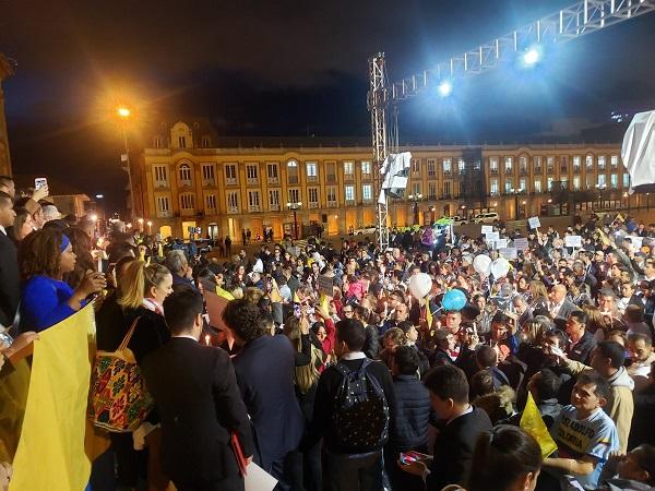 Nutrido Plantón en la Plaza de Bolívar en Bogotá contra de la decisión de la Corte Constitucional que desconoce la primacía de los derecho de los niños