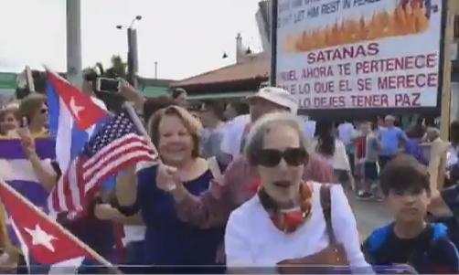 En la popular calle 8 de Miami, cientos de exiliados que habitan en ese sector llamado la Pequeña Habana, están celebrando desde anoche mismo, la muerte de Fidel Castro con mucha alegría al ver finalizada una era de opresión.