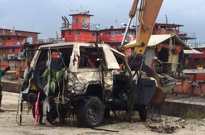 En arroyos de Barranquilla, se salvan dos conductores. Así quedó el campero