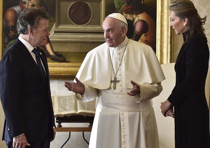 El Papa Francisco conversa con el Presidente Juan Manuel Santos y con su esposa María Clemencia Rodríguez, en la visita realizada por el  Primer Mandatario a Ciudad del Vaticano.