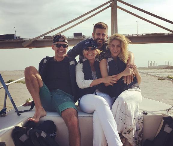 Luego de su arribo a Barranquilla, con sus hijos Shakira y Piqué, pasean por el río Magdalena con sus suegros