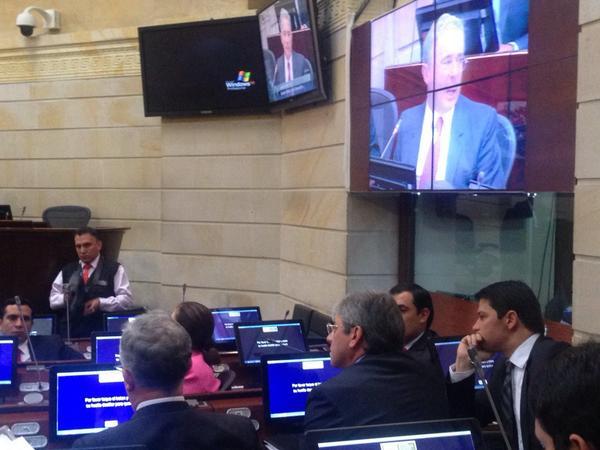 Uribe reiteró su advertencia y de manera comparativa demostró a Diputados que la situación de Venezuela es la misma de Colombia