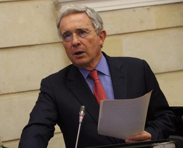 Uribe enfrenta en medios la encarnizada persecución amangualada de tres sectores