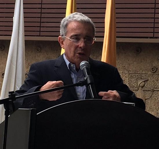 Uribe se unió a rechazo de jóvenes CD, estudiantes del Externado que reclaman al rector por visita de Andrés París a la Universidad