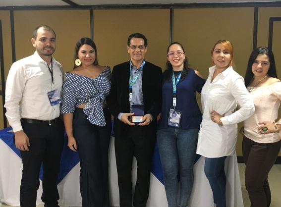 Juan Pablo Betancur, Liliana Aún, Milena Bustamante y Massiel Pardo en compañía de Carlos Tache, coordinador de la Especialización en Pediatría.