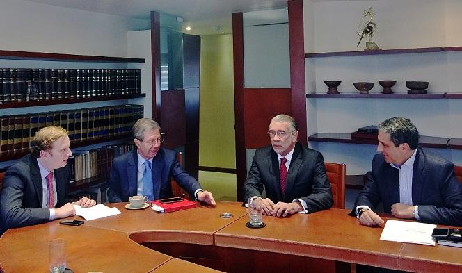 el-gobernador-verano-durante-una-reunion-que-sostuvo-con-el-equipo-juridico-de-bavaria-el-ano-pasado