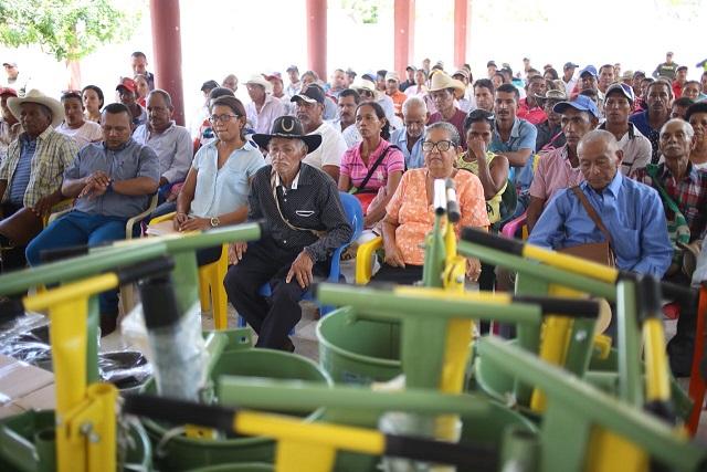 Entregan equipos a pequeños ganaderos del sur del Magdalena para el desarrollo social del agro