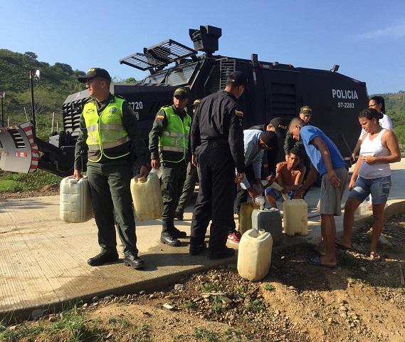 Carro del ESMAD usado para lanzar agua a las multitudes enardecidas en los disturbios, lleva cerca de 11.000 litros de agua a comunidades sedientas del sur del Atlántico
