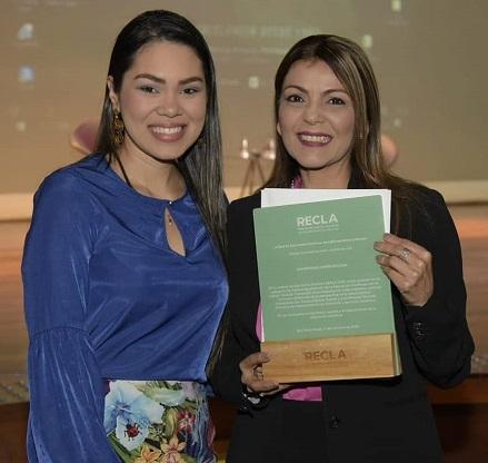 Melisa Taborda, coordinadora de Formación Permanente, y Tatyana Bolívar Vasilef, directora de Extensión, tras recibir el premio Recla. (2)