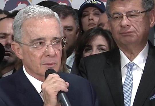 Justicia Pecueca: ahora en manos de los bloggeros y tuitiriteros quienes rajan y juzgan. Y un Ex Presidente, y un abogado respondiendo ante semejante hediondez, vergüenza!