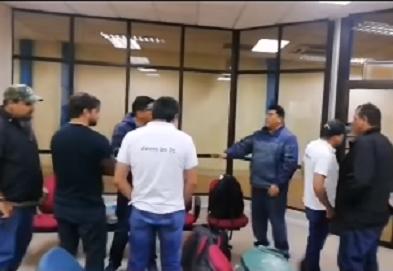 Régimen de Evo Morales retuvo al líder opositor Luis Fernando Camacho y le impidió la entrega de la carta de renuncia a Evo Morales. Dijo que insistirán
