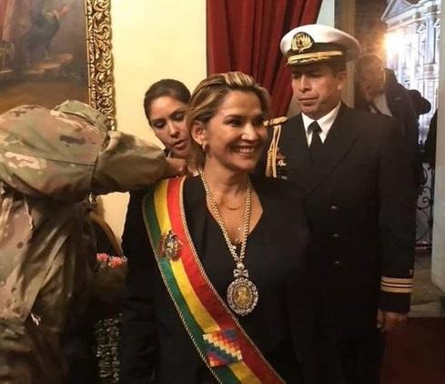 Jeanine Áñez toma en posesión el cargo de presidente interina de Bolivia. EEUU, Brasil y el Reino Unido la reconocen como mandataria