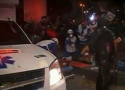 Joven de 22 años Cristian Camilo Caicedo Gómez cae accidentalmente de un puente peatonal en Bogotá, durante las protestas en la noche de este 27 de noviembre