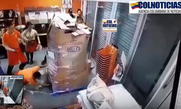 Peñalosa decreta toque de queda en Bogotá por actos delictivos. Delincuentes se roban un bus y lo estrellan contra un Supermercado