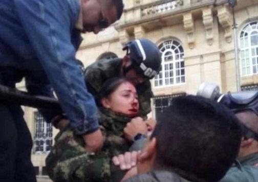 Malandros aparecen con violencia en marcha y arremeten contra la Fuerza Pública: 37 agentes de la Policía heridos, varios soldados heridos.