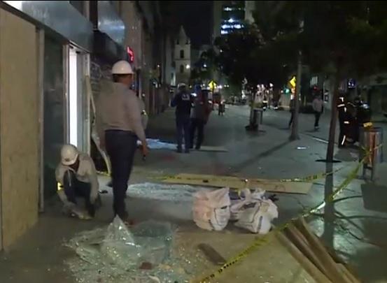 A sus anchas con un protocolo a su favor, impuesto por Claudia López, violentos encapuchados atacaron a la Fuerza Pública y la infraestructura de la Capital