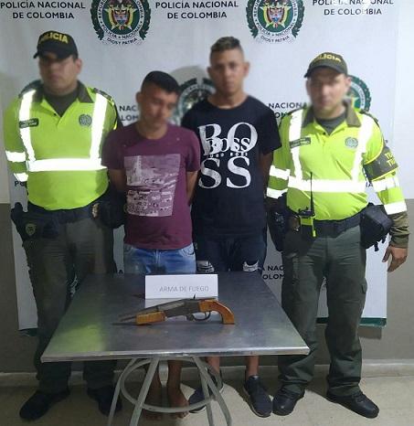 Dos fueron sorprendidos hurtando con armas de fuego una motocicleta y fueron capturados