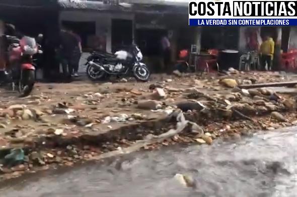 Vía La Calera en Bogotá bloqueada durante 4 horas por fuerte aguacero que trajo todo a su paso