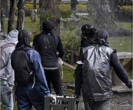 Petro a favor de los encapuchados en la Universidad de Antioquia, se enfrenta al alcalde Daniel Quintero. Uribe en cambio apoya el ingreso del Esmad