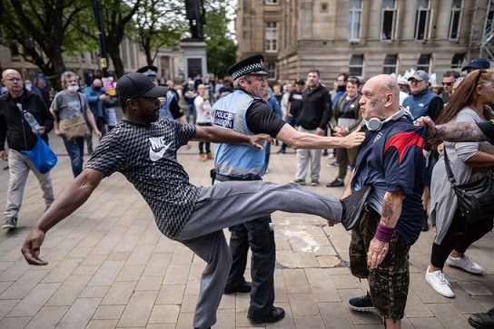 Contra manifestación les dañó a violentos racistas sus intenciones de tumbar la estatua de Winston Churchill en Londres