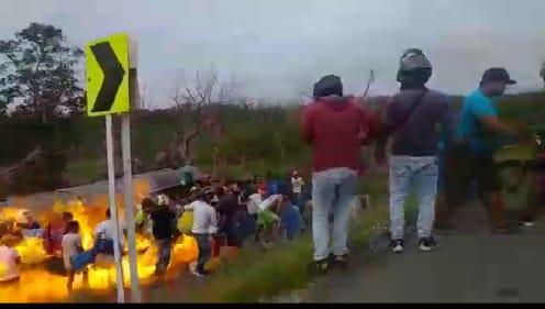 Conductor y Policías se salvan por segundos. Ellos advirtieron a la turba que se apartaran del peligro, pero no acataron: Aquí no se metan, respondieron